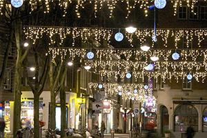 ijspegelverlichting in winkelstraat